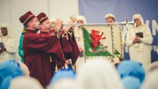 Y cyrn gwlad // The trumpeters open the ceremony