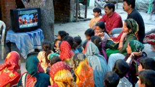 """برنامج """"رانغولي"""" الغنائي في ولاية غوجارات الهندية يعرض كلمات الأغاني بنفس اللغة المنطوقة لتعليم الجمهور القراءة"""