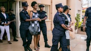 Adeline Rwigara (i buryo), Diane Rwigara (hagati) na Anne Rwigara (i bumoso) bagitabwa muri yombi na polisi