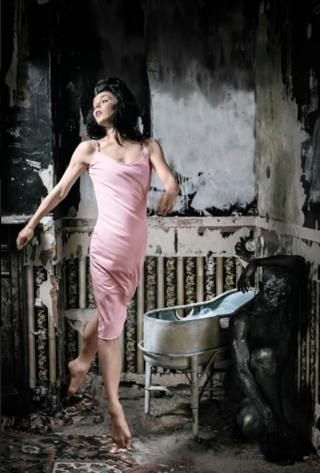 Несмотря на суровость и жесткость спектакля Осипова сохраняет присущую ей балетную грацию