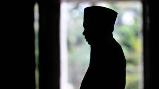 Seorang pria sedang salat di Masjid Istiqlal.