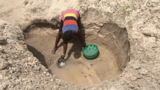 woman di fetch water Daudu camp one