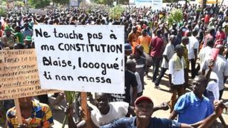 Les mouvements de la société civile et de l'opposition manifestaient contre la modification de la Constitution et plusieurs personnes ont été tuées.