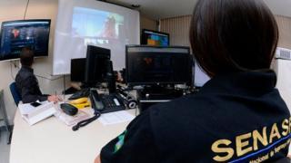 La policía en Brasil observa una redada contra supuestos pedófilos en una pantalla (Foto: Ministerio da Justicia)