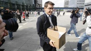 Un empleado de Lehman Brothers deja la sede central del banco en Londres después de que la empresa se declaró en bancarrota en EE.UU.