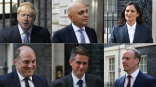 کابینه کې شپږ نوي وزیران: له کيڼ اړخه: بورېس جانسن، سجاد جاوېد، پریټي پټېل، ډومینیک راب، ګوېن ویلمسن او بېن والاس