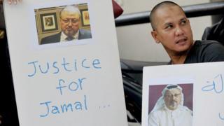 Endonezya'da gazeteciler tarafından düzenlenen bir protesto gösterisinden 'Cemal için Adalet' yazan bir pankart