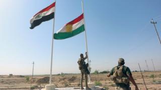 キルクークでクルディスタン地域政府の旗を降ろすイラク治安部隊