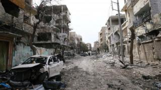 Зруйновані будинки та транспорт у Східній Гуті