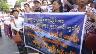 ရန်ကုန်မြို့တော်ခန်းမရှေ့မှာ ဒီစီမံကိန်းကို ကန့်ကွက် ကြောင်း ဆန္ဒထုတ်ဖော်