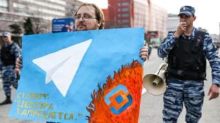 """Участник шествия против блокировки """"Телеграма"""" в центре Москвы в 2018 году"""