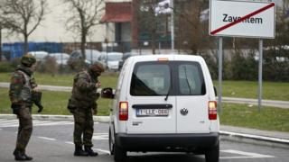Soldiers check a vehicle entering Brussels airport (24 March 2016)