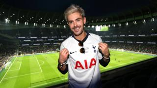 Zac Efron in Spurs shirt