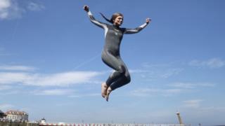 женщина прыгает в море