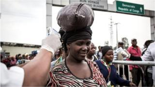 Mwanamke akipimwa joto katika kituo cha kupima Ebola wakati akivuka kuingia nchini Rwanda