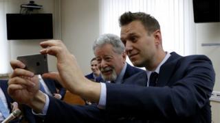 Оппозиционер Алексей Навальный (справа) делает селфи с адвокатом Алишера Усманова Генрихом Падвой