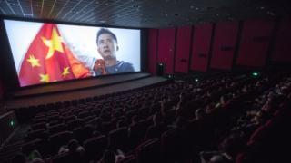 8月8日,山西太原,民众在影院观看来《战狼2》。