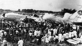 Pessoas observam avião que caiu em Orly