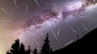 Vía láctea llena de estrellas y meteoritos.