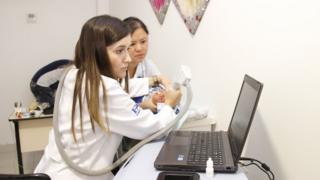 Oftalmologista Camila Ventura examina criança com microcefalia