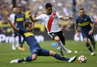 Gonzalo Martínez, de River Plate, y Carlos Izquierdoz, de Boca Juniors.