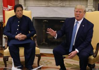 इम्रान खान आणि डोनाल्ड ट्रंप व्हाईट हाऊसमध्ये पत्रकारांशी बोलताना