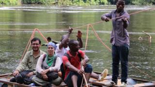 Alejandro Terrazas y Martha Benavente en compañía de habitantes de Guinea Ecuatorial
