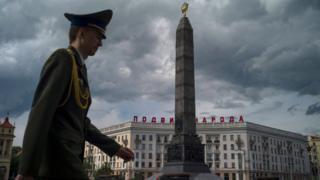 Un oficial bielorruso pasea ante el Monumento a la Victoria, en la Plaza de la Victoria de Minsk.