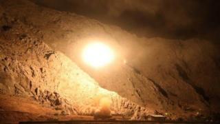 خبرگزاری فارس می گوید این تصویر مربوط به لحظه شلیک یکی از موشک ها به سمت مواضعی در سوریه است