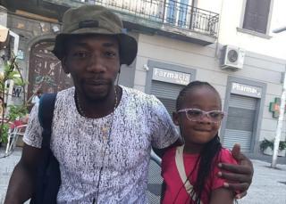 Yaya Sangare con su hija de cuatro años, Deborah, en Italia.