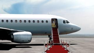 Avião particular com tapete vermelho