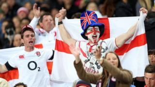 Fans Lloegr yn ystod gem yn erbyn y Crysau Duon yn 2014