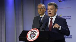 Handout picture released by the Colombian presidency's press office showing Colombian President Juan Manuel Santos (R) speaking next to Peace Commissioner Rodrigo Rivera, to announce had suspended peace talks with National Liberation Army (ELN) rebels in response to what he said were guerrilla attacks earlier in the day, at the Nariño presidential palace in Bogota on January 10, 2018.