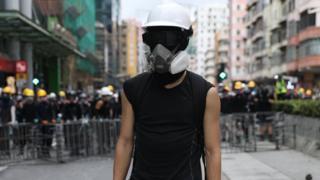 香港九龍深水埗一名「反送中」示威者獨自站在防線前(11/8/2019)