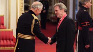 Г'ю Лорі тисне руку Принцу Чарльзу на церемонії