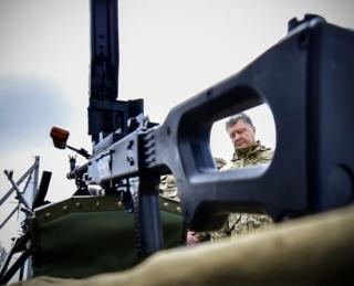 Ознайомився з нвоими зразками озброєння під час відвідання військової частини на Київщині, 27 квітня 2016 року