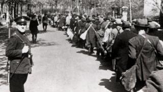 Chính quyền Hitler tước quốc tịch Đức và trục xuất người Do Thái