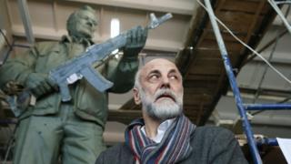 Салават Щербаков на фоне памятника Калашникову