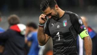 Kipa wa muda mrefu wa Italia Gianluigi Buffon akibubujikwa na mchozi baada ya kushindwa na Sweden