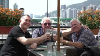 Anthony Wong con David y John Perry