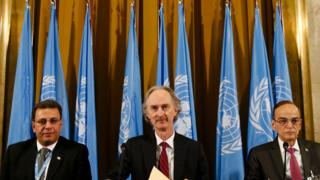 UN special envoy Geir Pederson (C) sits beside Syrian government representative Ahmad Kuzbari (L) and opposition representative Hadi al-Bahra (R) at the opening of the Syrian Constitutional Committee in Geneva (30 October 2019)