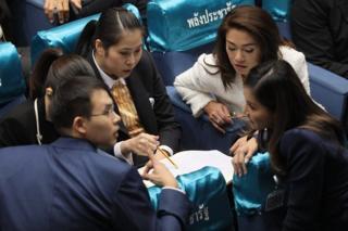 ส.ส.พรรคพลังประชารัฐ ปรึกษาหารือระหว่างการประชุมรัฐสภาเพื่ออภิปรายนโยบายรัฐบาลในวันที่สอง 26 ก.ค. 2562