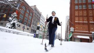 Жінка на лижах