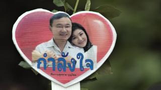 Một biểu ngữ ủng hộ hai anh em Thaksin năm 2016
