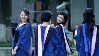 Algunas estudiantes chinas se ven obligadas a pedir préstamos a usureros.