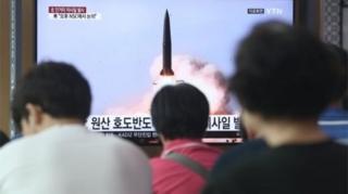 Güney Kore'nin başkenti Seul'de halk Kuzey Kore'nin denemesiyle ilgili haberi izliyor