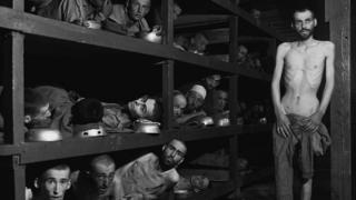 Imagem mostra homens esquléticos em alojamento de campo de concentração