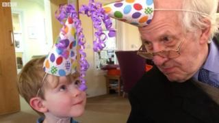 A tocante amizade entre um menino de 4 anos e um idoso de 91, que sofre de demência