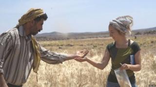 Amaia Arranz-Otaegui junto a Ali Shakaiteer, asistente local de investigación,en el Desierto Negro de Jordania.
