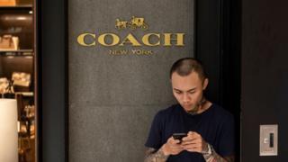 知名时尚品牌Coach因将台湾和香港单独列为国家,在中国引发抗议。